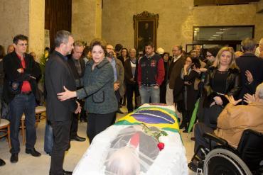 Familiares e amigos fazem o último ato de despedida de Carlos Araújo